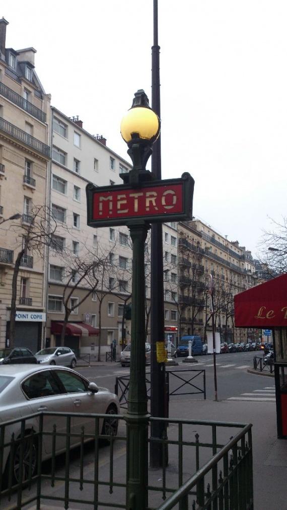 вход в метро в Париже
