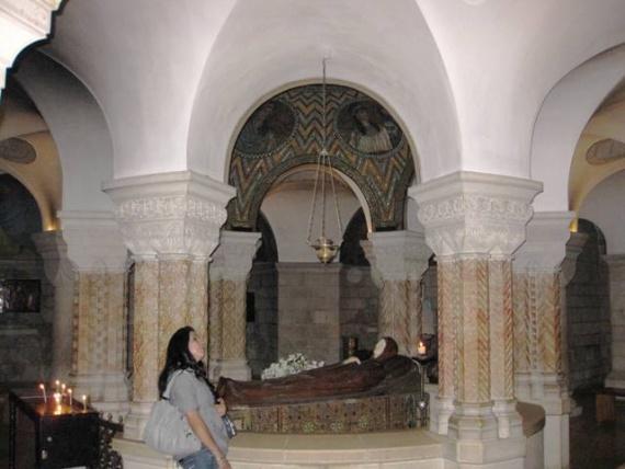 Под основным залом церкви находится крипта со статуей лежащей на смертном ложе Богоматери